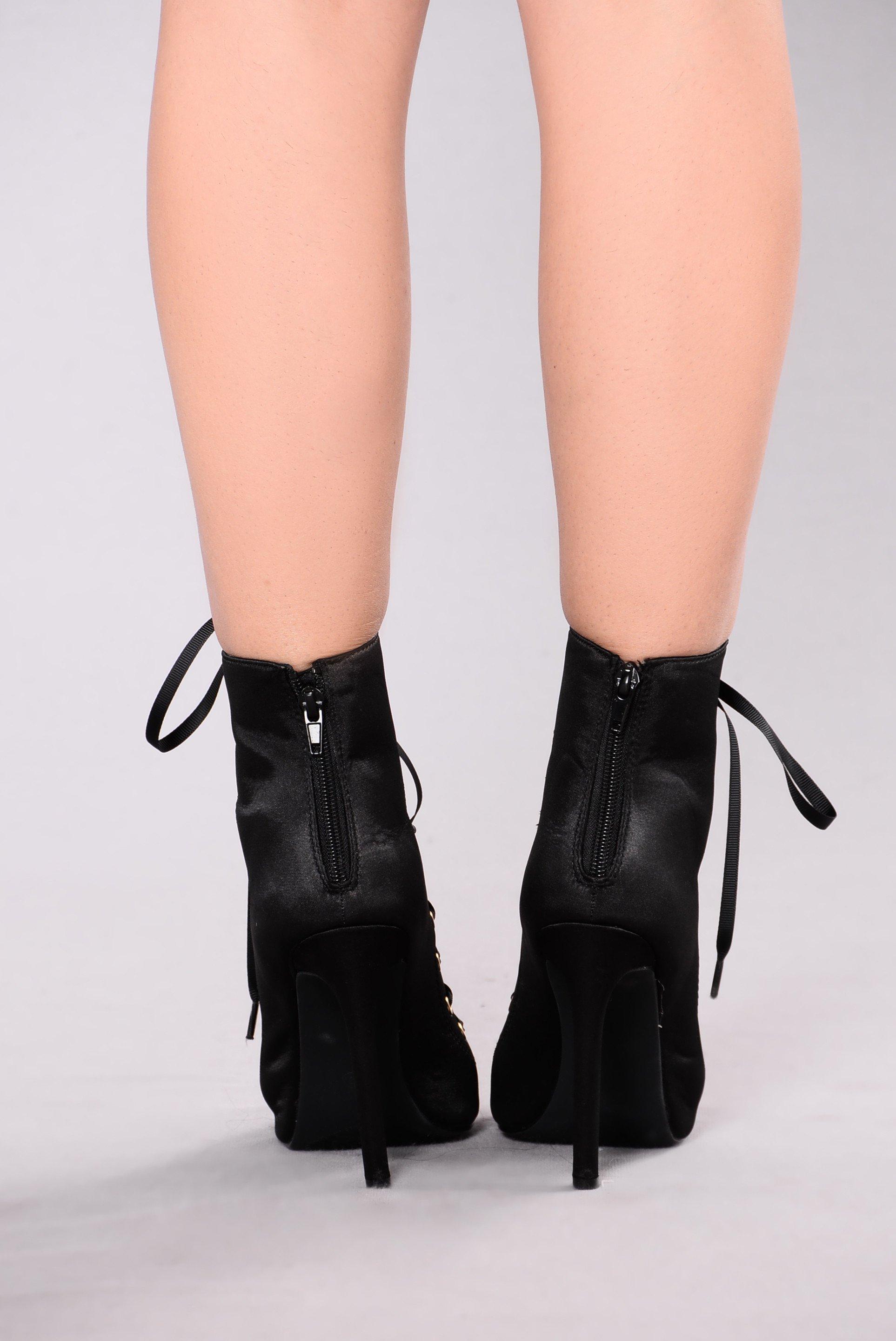 Niki Ankle Bootie _ Black